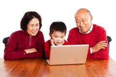 Familie unter Verwendung des Computers stockbild