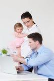 Familie unter Verwendung des Laptops zu Hause Stockfotografie