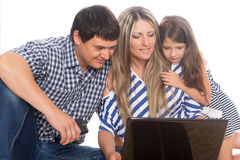 Familie unter Verwendung eines Laptops Lizenzfreie Stockfotografie