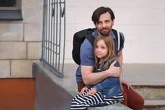 Familie Vader en dochter omhelzing royalty-vrije stock foto