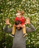 Familie Vader en dochter piggyback royalty-vrije stock foto