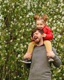 Familie Vader en dochter piggyback stock afbeelding