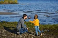 Familie Vader en dochter Vrije tijd bij water royalty-vrije stock foto's
