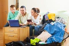 Familie van drie die hotel op Internet reserveren Royalty-vrije Stock Foto's