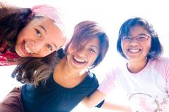 Familie van drie meisjes in pretuitdrukking Stock Foto