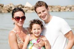 Familie van drie op het strand Royalty-vrije Stock Afbeelding