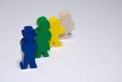 Familie van houten speelgoed op wit geïsoleerdek achtergrond stock afbeelding