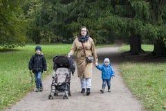 Familie van moeder en twee jongens Stock Foto's