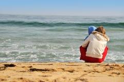 Familie van moeder met baby op het overzeese strand Royalty-vrije Stock Foto
