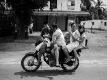 Familie van 5 op een motorfiets voor een familiereis Stock Afbeeldingen