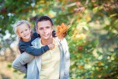 Familie van papa en jong geitje op mooie de herfstdag in het park stock foto's