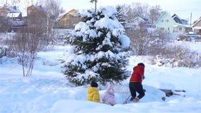 Familie van papa en jonge geitjesvakantie op Kerstmisvooravond in openlucht stock videobeelden
