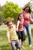 Familie van spel drie in het park Stock Fotografie