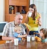 Familie van vier bij lunch Stock Foto