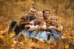 Familie van vier in de herfst Stock Afbeelding