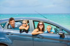 Familie van vier die in een auto drijven