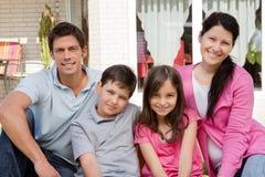 Familie van vier die samen - in openlucht zitten Royalty-vrije Stock Foto