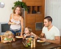 Familie van vier die spaghetti eten Royalty-vrije Stock Foto