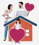 Familie van vier in een het houden van huis stock foto
