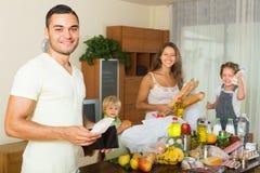 Familie van vier met zakken voedsel Stock Foto's