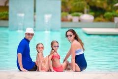Familie van vier in openlucht zwembad Royalty-vrije Stock Foto's