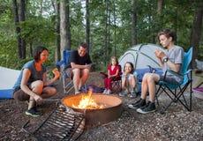 Familie van vijf die kamperen Stock Foto