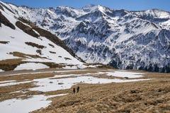 Familie van wandelaars in de bergen Royalty-vrije Stock Afbeeldingen