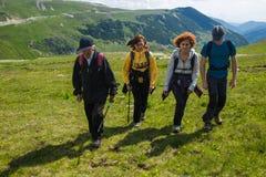 Familie van wandelaars op de bergen Stock Afbeeldingen