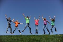 Familie van zes die en pret springen hebben Royalty-vrije Stock Foto