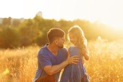 familie Vater und Tochter speak stockbilder