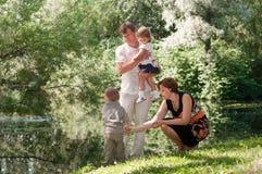 Familie vier Leute im Sommerpark Lizenzfreies Stockfoto