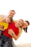 Familie vier op een licht Stock Foto's
