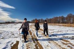 Familie von den Landwirten, die einen Weg in einem Wintertag haben Lizenzfreies Stockbild