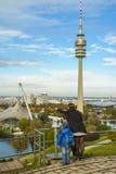 Familie von den Touristen, die den Anblick von Olympiapark bewundern Stockfoto
