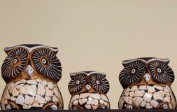 Familie von Eulen in einem dekorativen Meisterwerk Stockbild