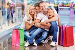 Familie von Käufern lizenzfreie stockbilder