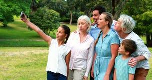 Familie von mehreren Generationen, die ein selfie an einem Handy nimmt stock video footage