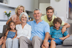 Familie von mehreren Generationen, die im Wohnzimmer aufwirft Stockbilder