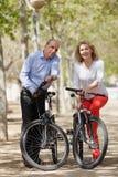 Familie von Pensionären mit Fahrrädern Lizenzfreie Stockfotografie