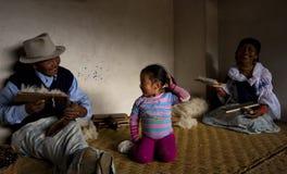 Familie von Wollarbeitskräften, Otavalo, Ecuador Stockfotos