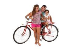Familie voor retro berijdende fiets Royalty-vrije Stock Afbeeldingen