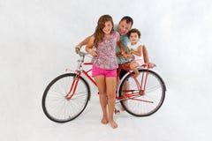 Familie voor retro berijdende fiets Stock Foto's