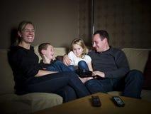Familie vor dem Fernsehapparat lizenzfreie stockfotografie