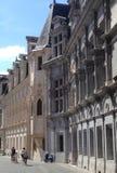 Familie vor einem historischen Palast in Grenoble stockfotos