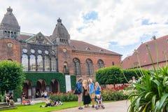 Familie vor königlicher Bibliothek in Kopenhagen Stockfotografie