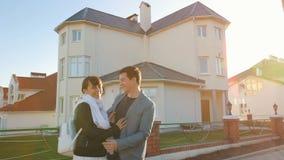 Familie vor neuem Haus stock video footage