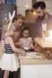Familie vor Ostern lizenzfreies stockfoto
