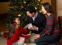 Familie vor Weihnachtsbaum Stockfoto