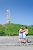 Familie vor Westerplatte-Monument Lizenzfreies Stockfoto