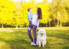 Familie, vrije tijd en mensenconcept - moeder en kind die pret hebben Royalty-vrije Stock Afbeeldingen